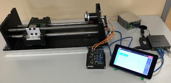 Touchscreen HMI styr ett linjärsteg